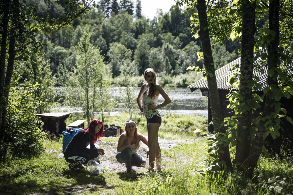 Lisa och Marielle smörjer in Maria Reina med olja. – Oljan hjäper till att bilda vattendroppar på huden, förklarar Marielle. Foto: Thea Holmqvist