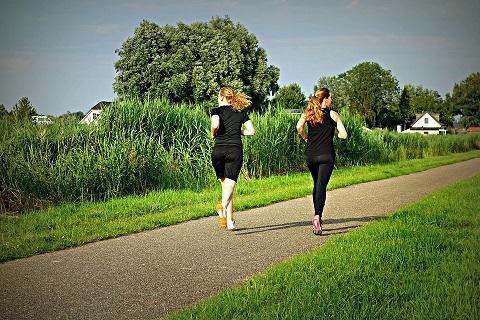 Två svartklädda kvinnor joggar