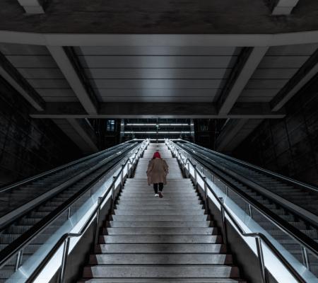 Trappor i mitten av rulltrappor