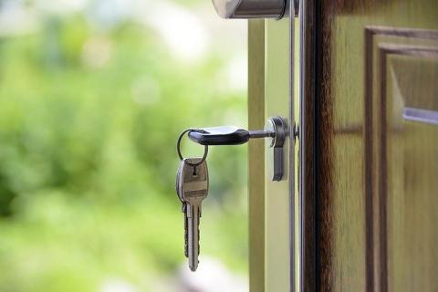 Nyckel i dörr på nytt hus