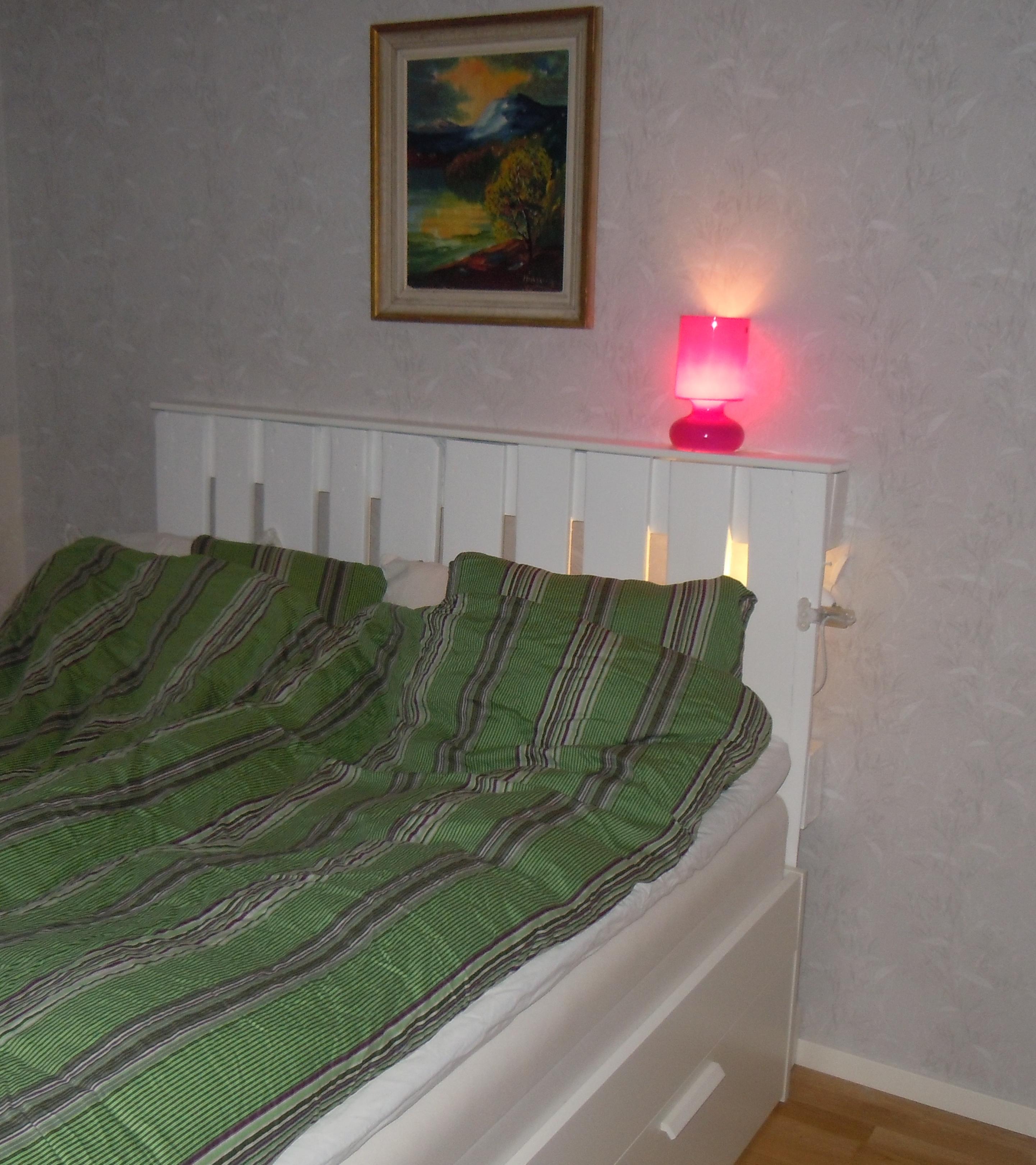 sänggavel av två gamla lastpallar Helena e lack