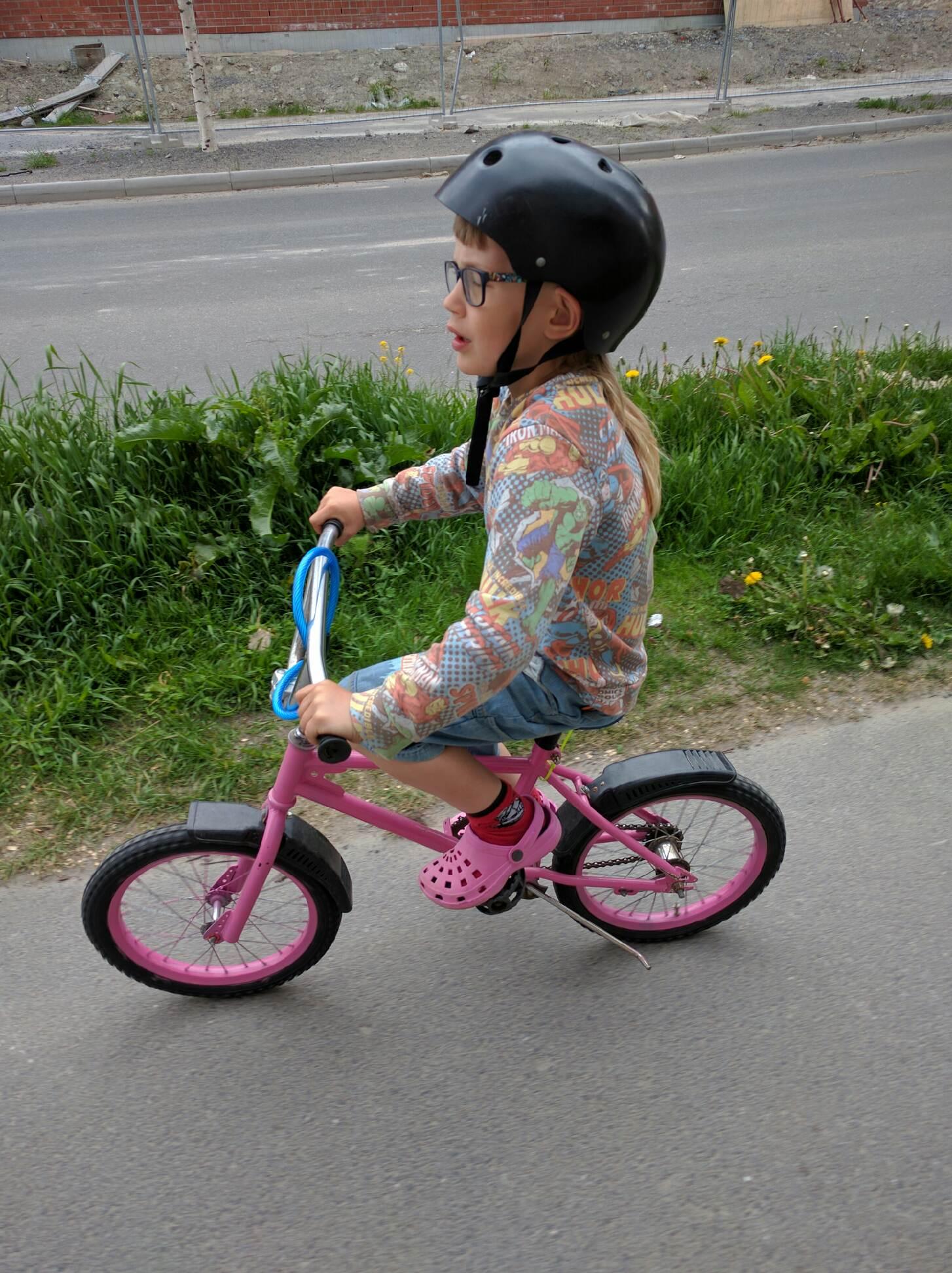 Ännu en unge som lär sig cykla på den gamla...