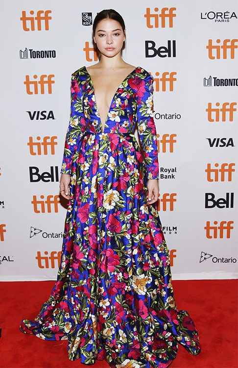 Madelyn Cline en robe de soirée audacieux à motif florale