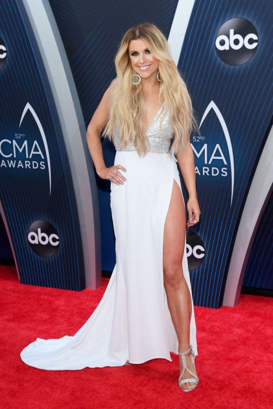 Lindsay Ell en robe longue de soirée à haut pailleté avec fente latérale