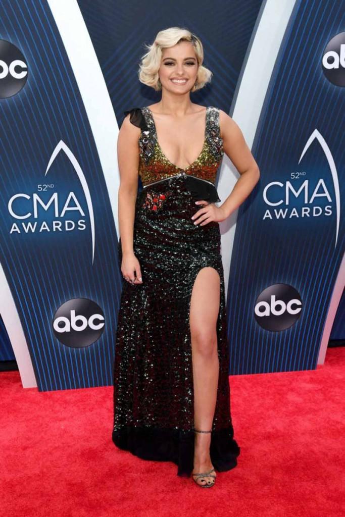 robe de soirée fendue sexy et sandale à lanière aux CMA Awards 2018