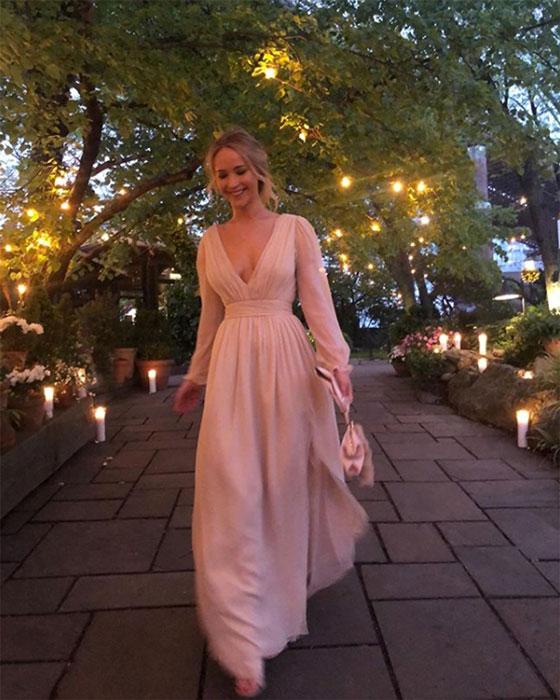 Jennifer Lawrence en une robe rose pale longue fendue col en V avec manche