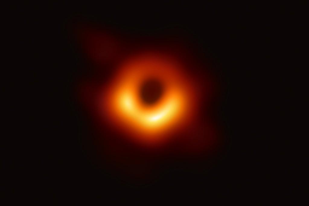 Första bilden på ett svart hål