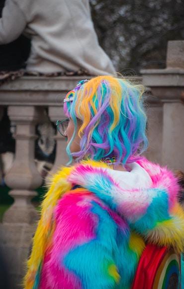 En tjej med regnbågshår