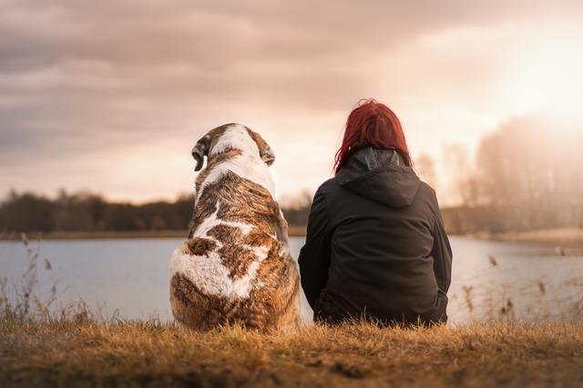 kvinna och en hund