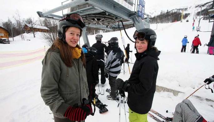 – Vi åker bara offpist, men vi tänker så mycket på att svänga att vi inte hinner vara rädda, säger Agnes Olsson och Märta Gregorsson, båda från Umeå.