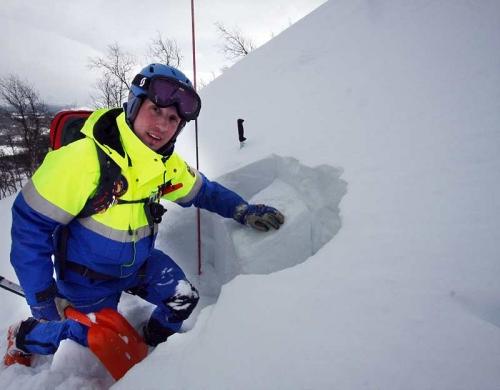 Genom att gräva gropar ser Peter Julin hur snöskikten ligger. Värmen för en tid, följt av kallperiod, skapade ett skikt av is som nysnön lätt halkar av.