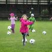 Glada barn på idrottscamp