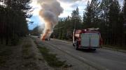 Bil totalförstörd - började brinna under färd