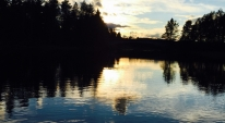 Vindstilla fiskekväll i solnedgång