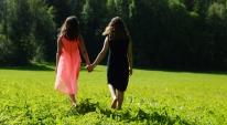 Fotograf Hanna Olsson fångade så vackert våra döttrar Liv och Celine som gick barfota hand i hand i gräset. En ljuvlig sommarbild.
