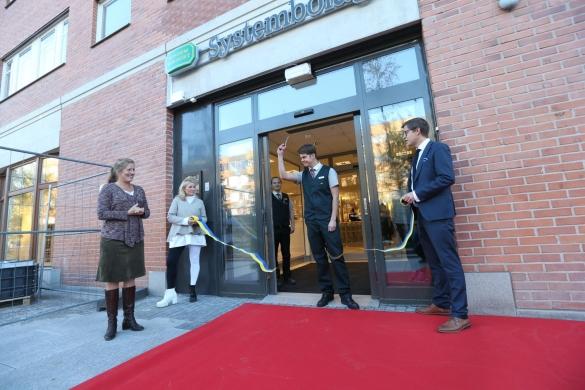 Butikschef Viktor holmlund klippte bandet i nya butiken