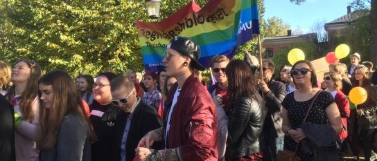 Tusentals går i Prideparaden