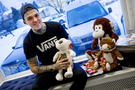Tatueraren hjälper sjuka barn