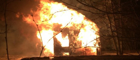 Villa brann ner vid våldsam brand