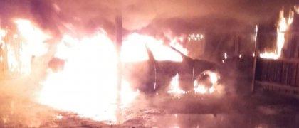 Omfattande brand förstörde två bilar