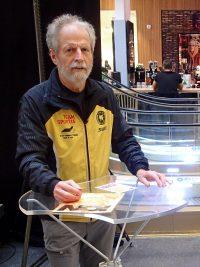 Urban Bengtson vid sitt Trio-bord.