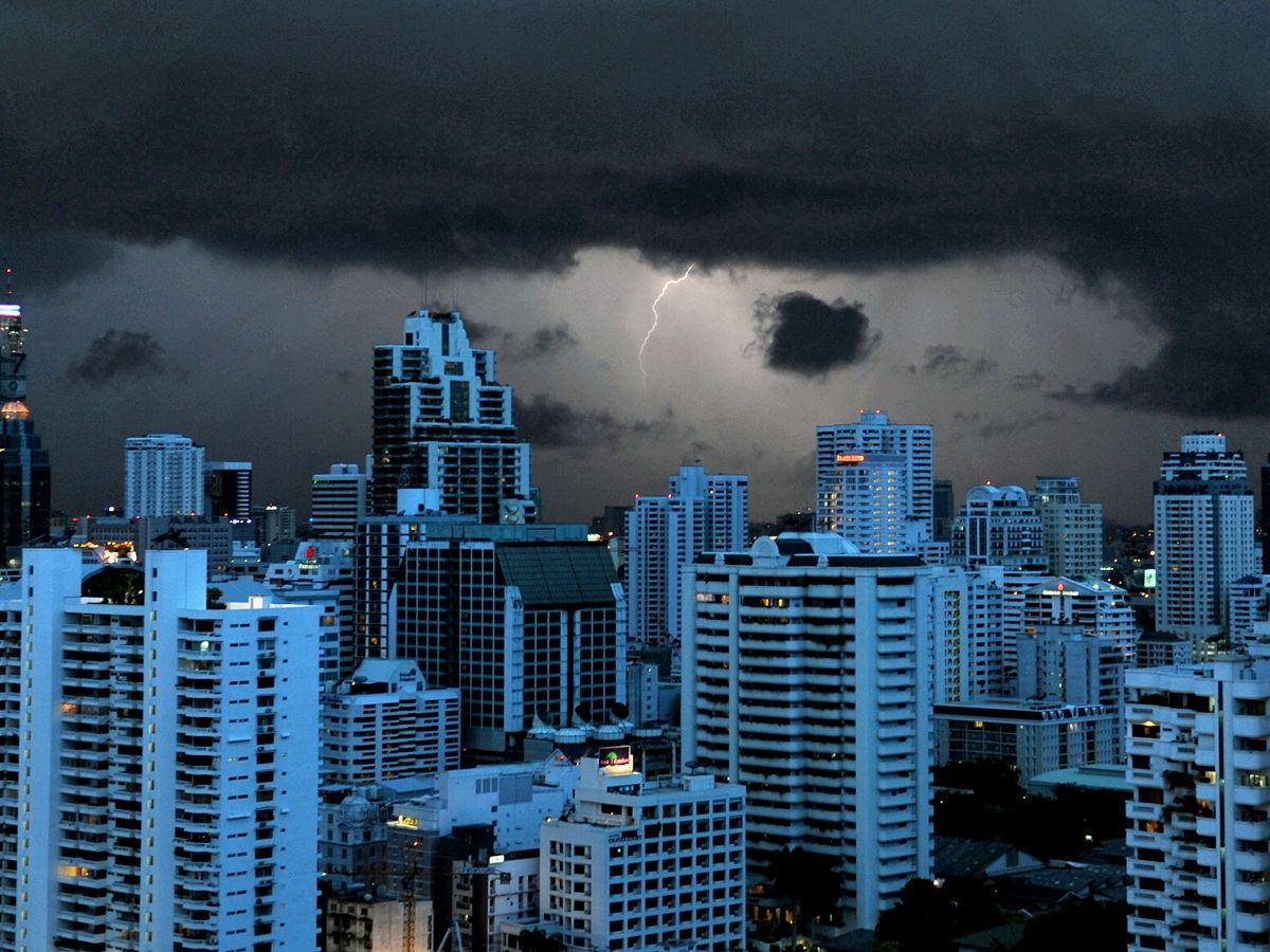 AFP-กรุงเทพ-ฝนตก-พายุ-สภาพอากาศ-อาคาร-ตึกสูง