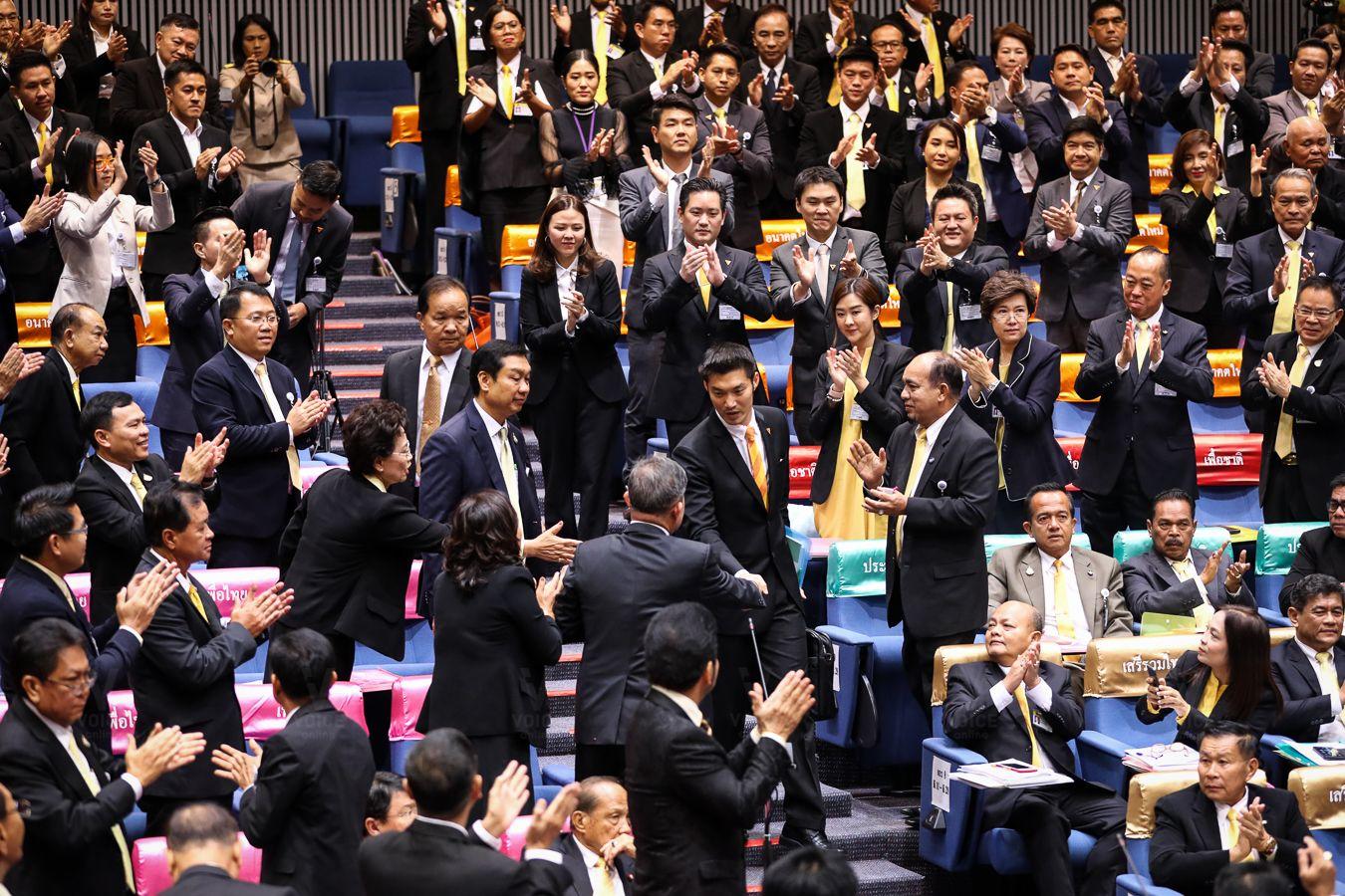 ธนาธร-ประชุมสภา-ยุติการปฏิบัติหน้าที่ ส.ส.-จับมือ-เฉลิม