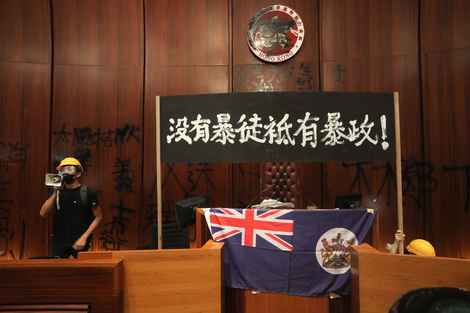 AFP-ผู้ประท้วงฮ่องกงต้านร่างกฎหมายส่งผู้ร้ายข้ามแดนให้จีนบุกเข้าไปในอาคารรัฐสภาในวันครบรอบ 22 ปีอังกฤษคืนฮ่องกงให้จีน-5.jpg