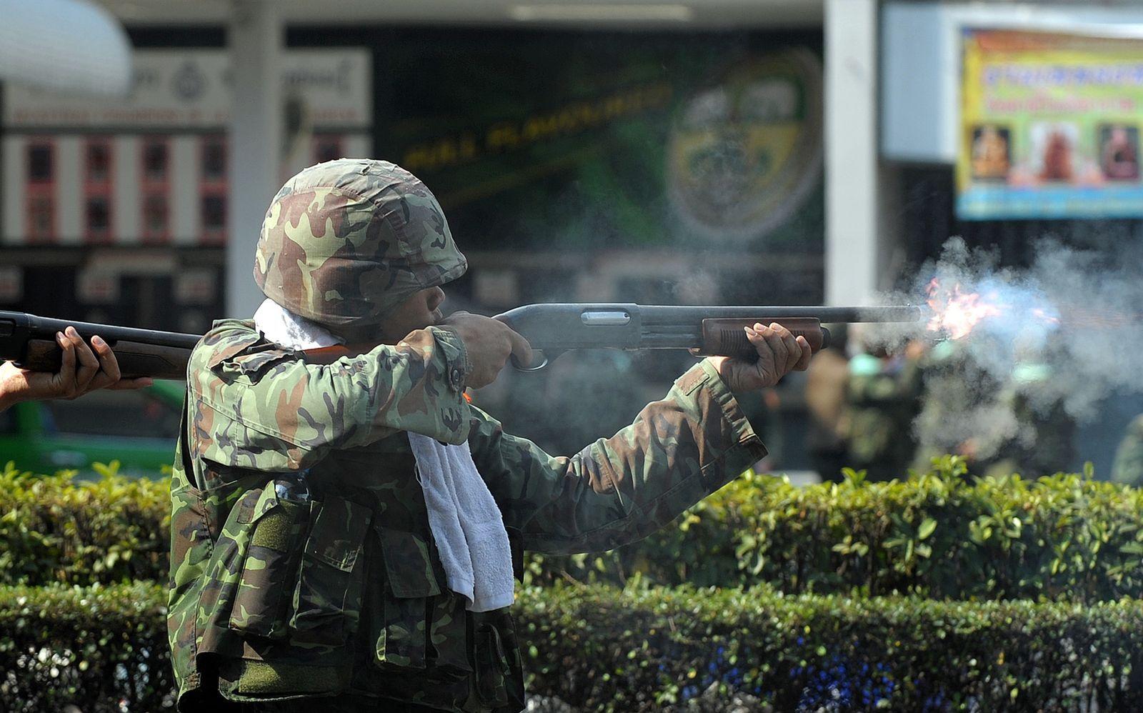 ทหาร ฉุกเฉิน ยิงปืน เสื้อแดง 3573498.jpg