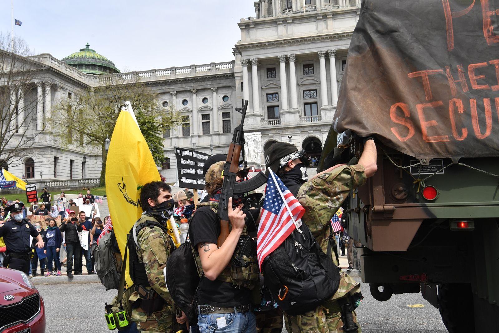 AFP-กลุ่มหนุนปืนในสหรัฐฯ ร่วมชุมนุมต่อต้านล็อกดาวน์ช่วงโควิด.jpg
