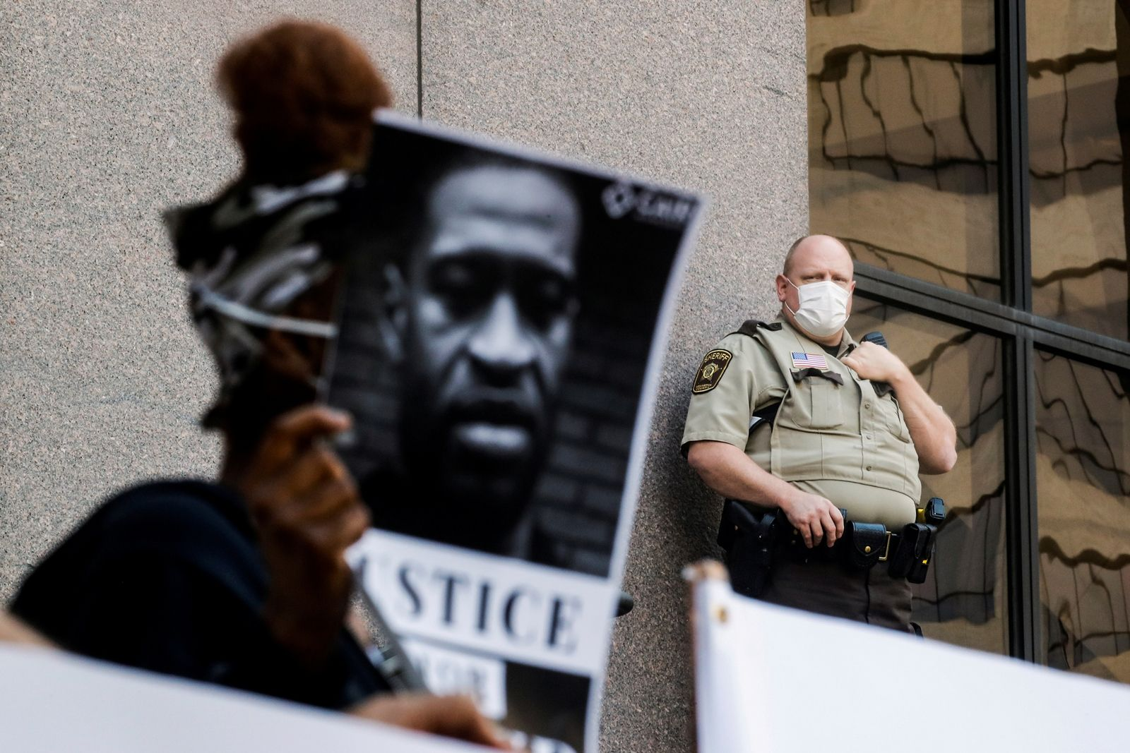 REUTERS-ประท้วงการตายจอร์จ ฟลอยด์ ชายผิวดำที่ถูกตำรวจควบคุมตัว มินเนอาโปลิส สหรัฐอเมริกา-2.JPG