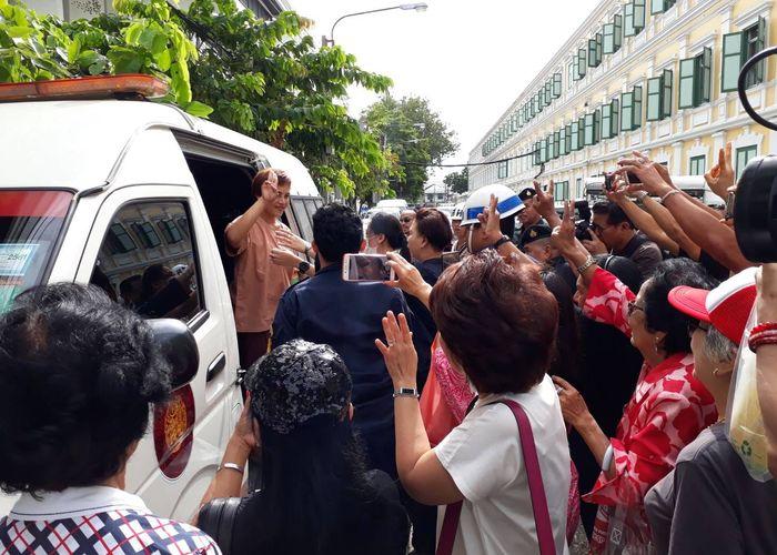 ศาลทหารให้ประกันตัว 'แหวน' พยาน 6 ศพ วัดปทุมฯ คดี 112