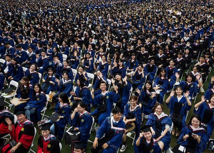 'อู่ฮั่น' จัดพิธีสำเร็จการศึกษา บัณฑิตนับหมื่นเข้าร่วม ไร้หน้ากาก-ไม่เว้นระยะห่าง