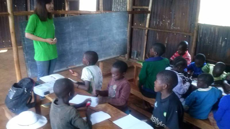 Avolunteer teaching orphans English basics
