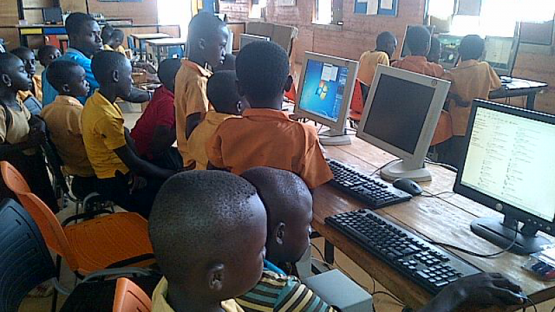 Abetenim students in a computer class