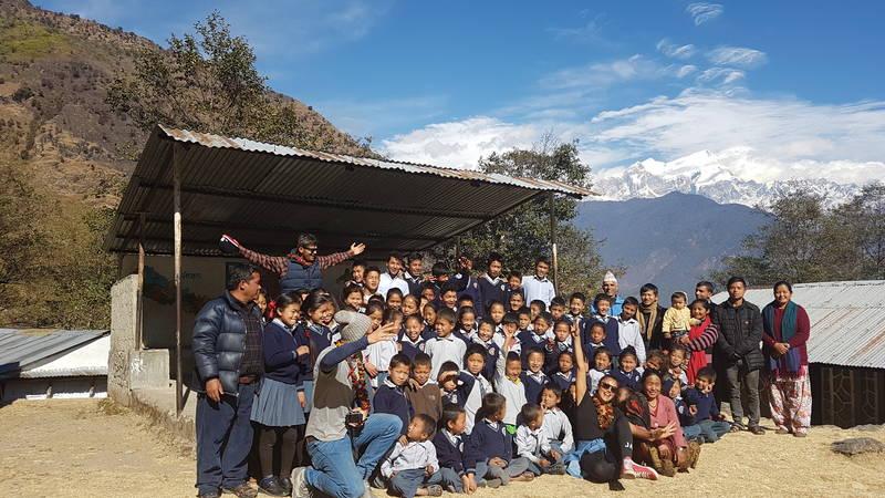 students  teachers & volunteers taking group pic