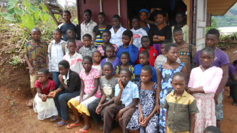 Children ready to get donations donated by volun