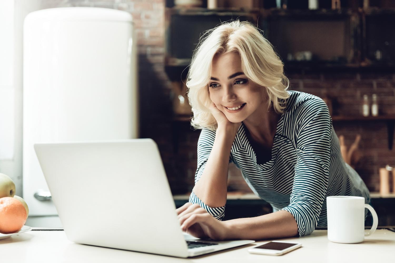 Young-Smiling-Beautiful-Woman--254995081.jpg