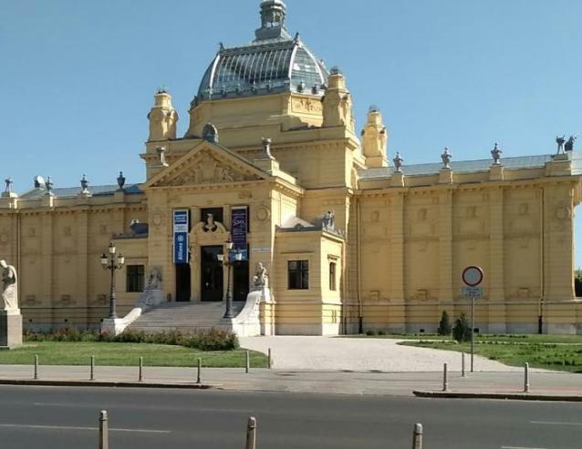 Prikaz s ulice na Strossmayerovu galeriju