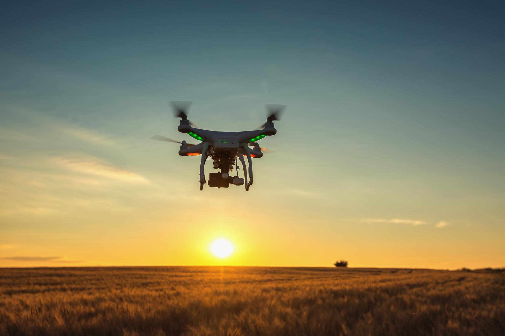 Agricultor observa su cosecha con un drone.