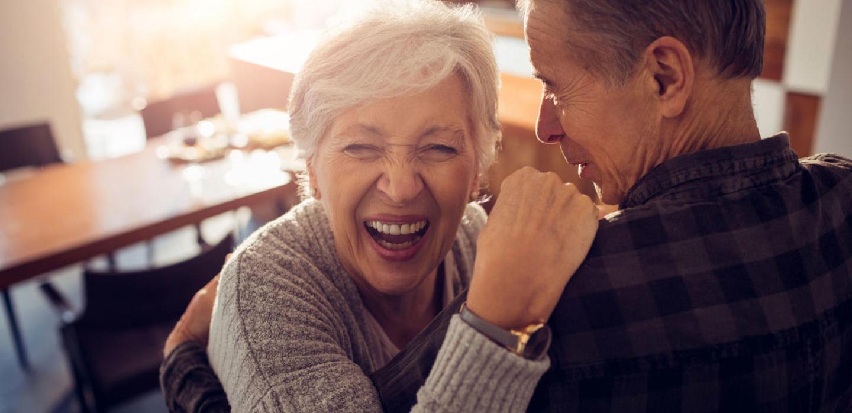 Pareja abuelos bailando