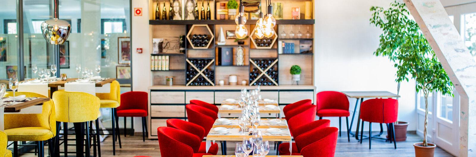 Modern kisvendéglőtől a felújított kúriáig – 5 új balatoni étterem, amit érdemes idén kipróbálni