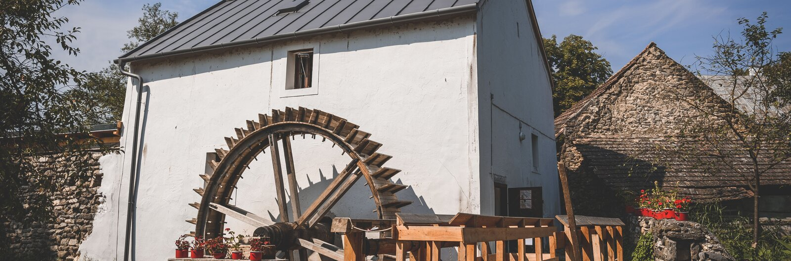 8 hely a Balatonnál, ahol még ma is forognak a malomkerekek