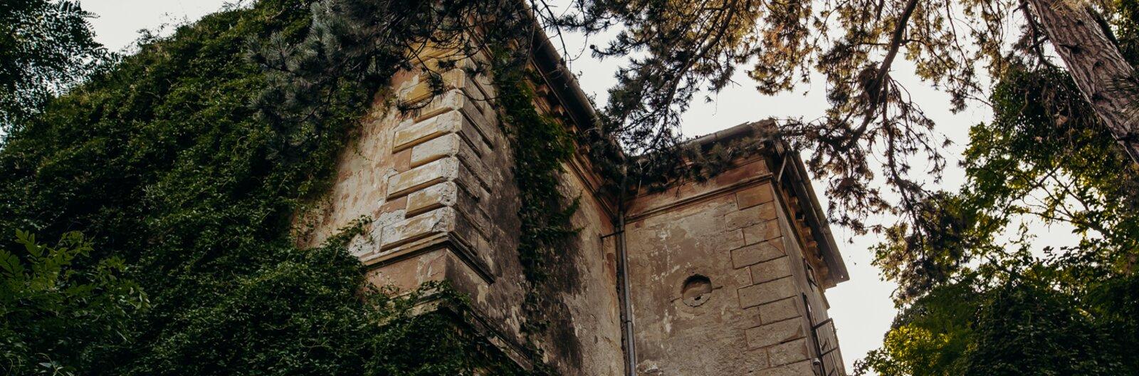 Elátkozott kastély, elhagyatott rom és barlang az erdő mélyén: 8 hátborzongató hely a Balatonnál