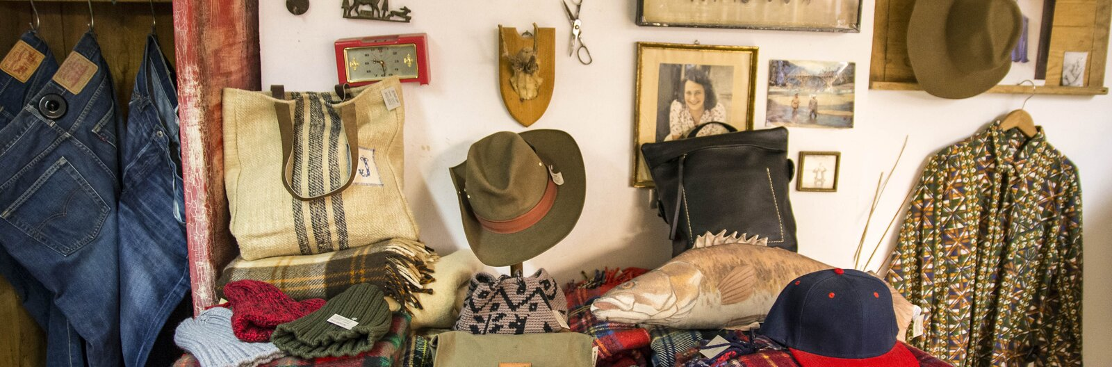 Budapesti használtruhakörkép – a veszkócsizmától a vintage kesztyűkig