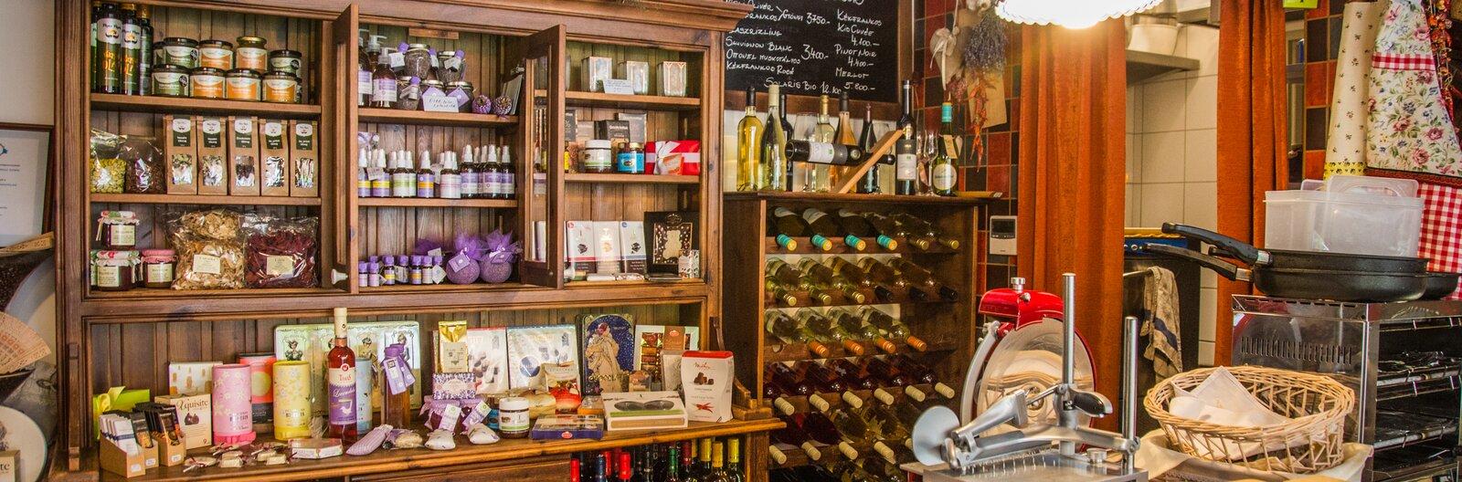 Ahol a gin csokival és házi sonkával randizik – 11 delikátbolt a Balatonnál