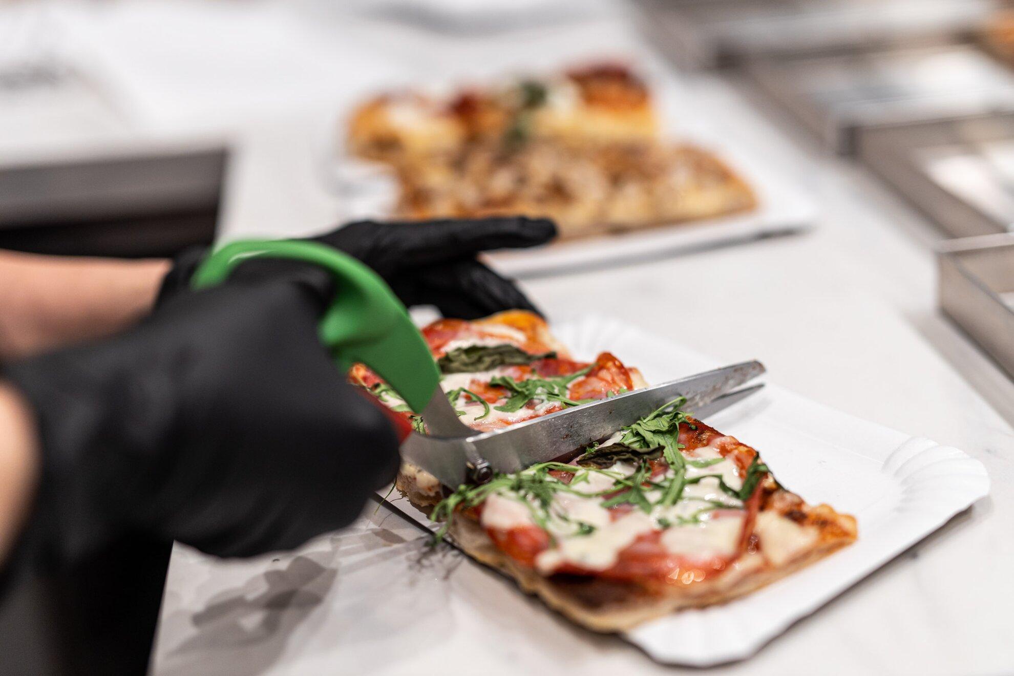 Ide veled, római pizza! – Új kedvencünk a Pozsonyi úton nyílt pizzaszeletbár