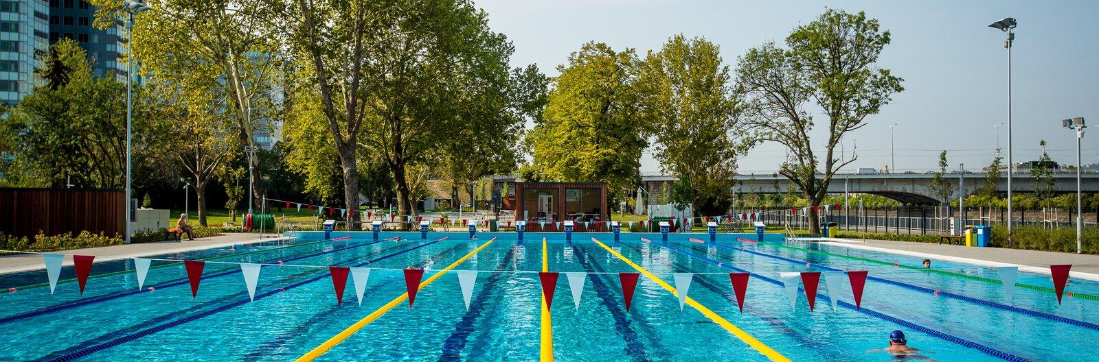 Pancsolás helyett úszás, avagy sportos csobbanás a nyárra – 5 természetközeli úszómedence