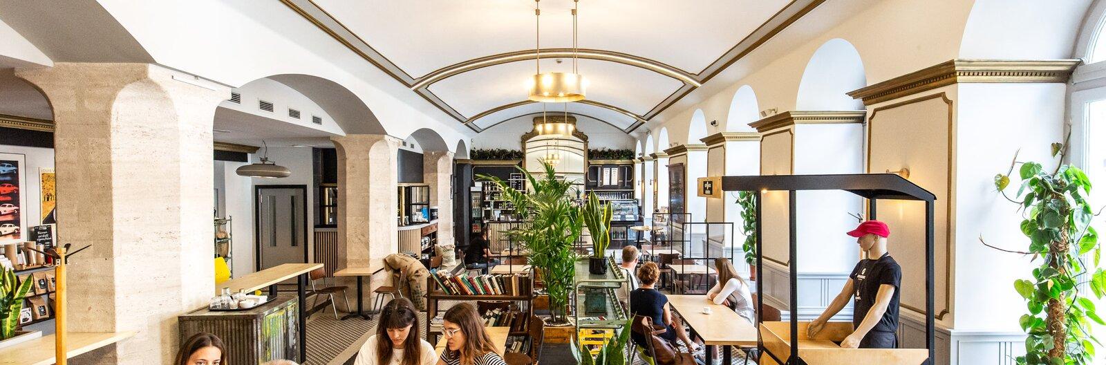 Koffeinen innen, pandémián túl – 6 új kávézó Budapesten a minimalistától a nagypolgáriig