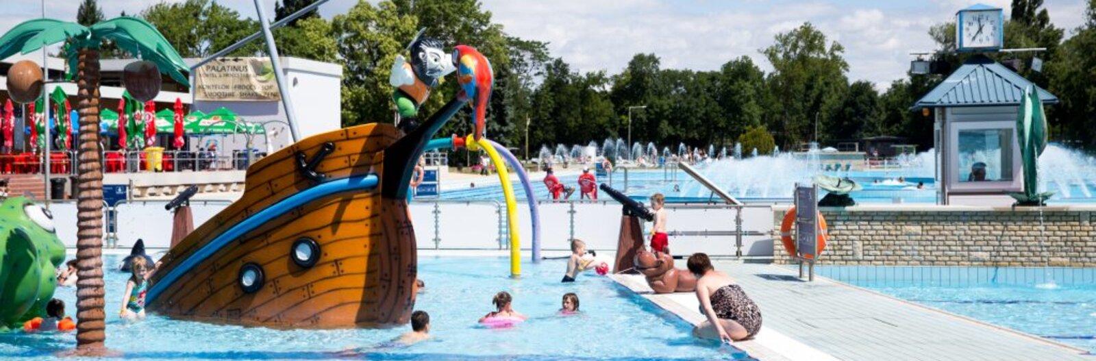 5 budapesti strand és fürdő, ahol a gyerekeket is szuper medencék, izgalmas csúszdák és játékok várják